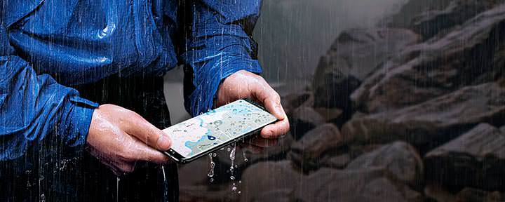 7 лучших водостоких и водонепроницаемых смартфонов 2018 года