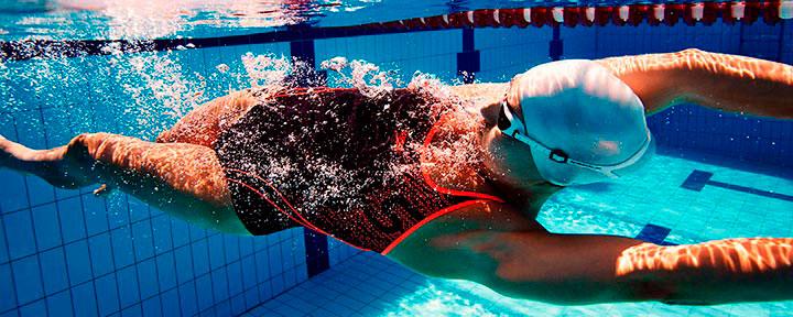 Лучшие водонепроницаемые фитнес-трекеры и смарт-часы для плавания в бассейне